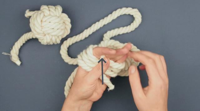 Three turn thumb knot